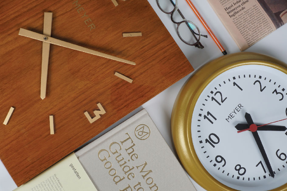 The wooden clock is ideal for minimalist wall designs